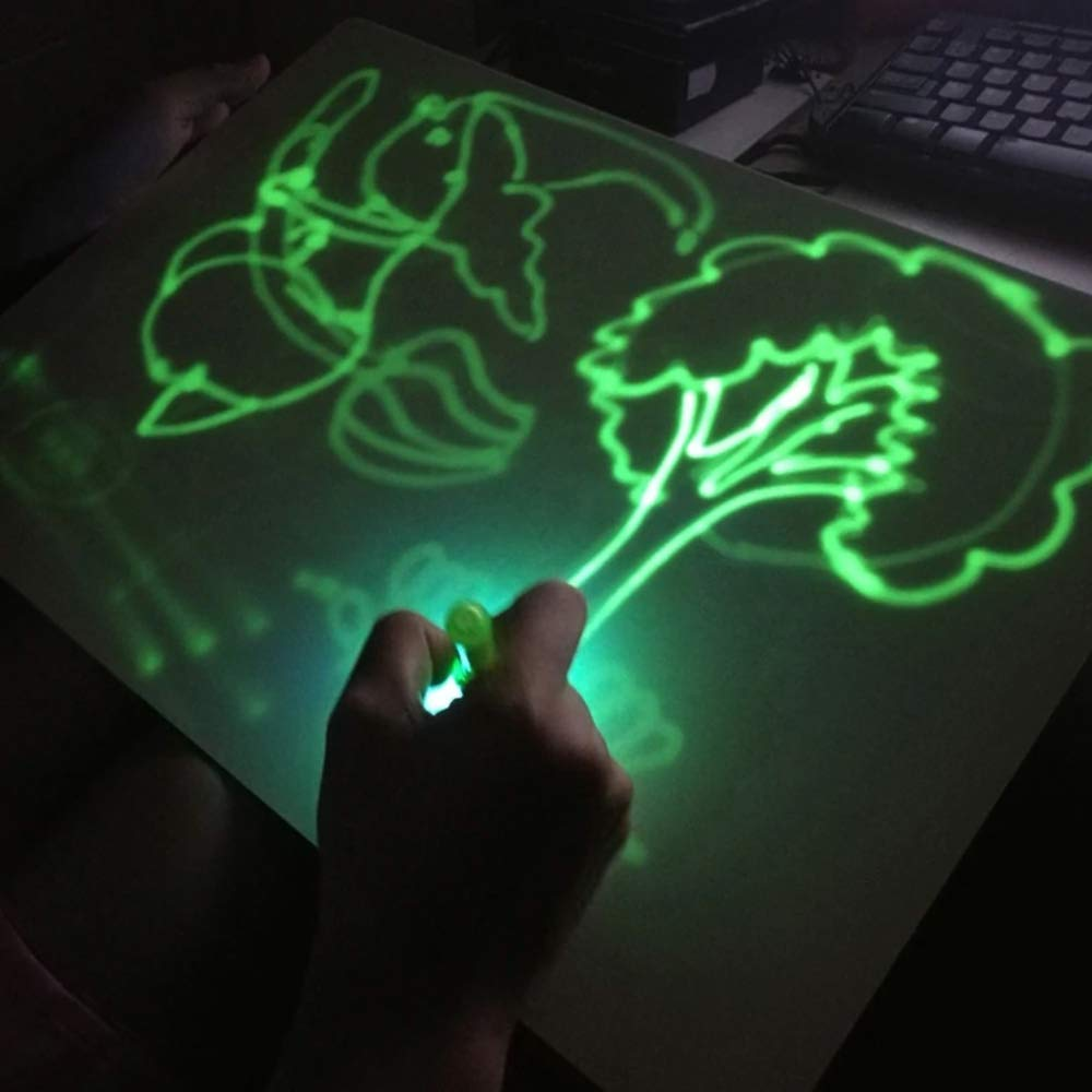 niño usando pizzara mágica de luz