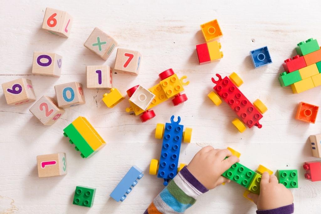 Factores a tener en cuenta al elegir juguetes de madera o de plástico
