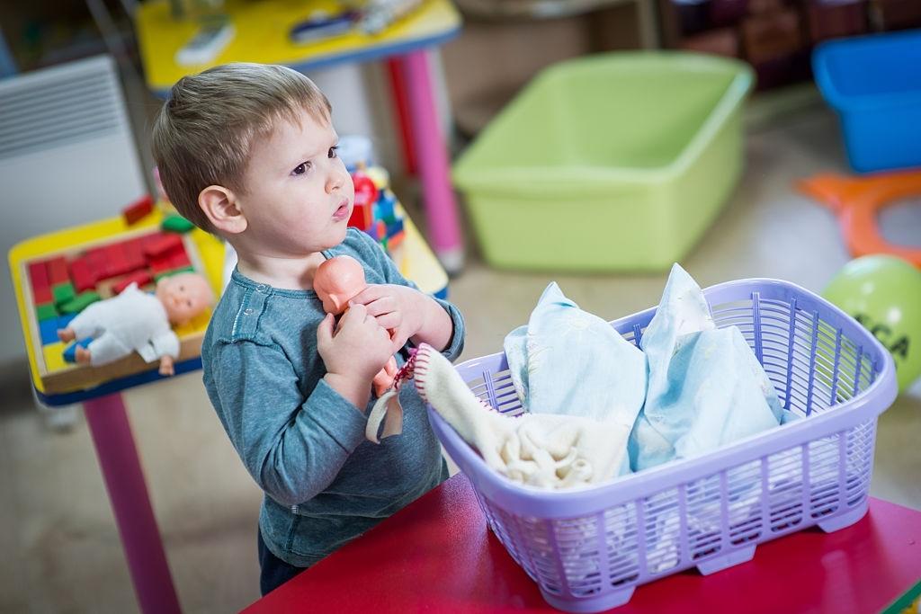 Niño jugando a muñecas