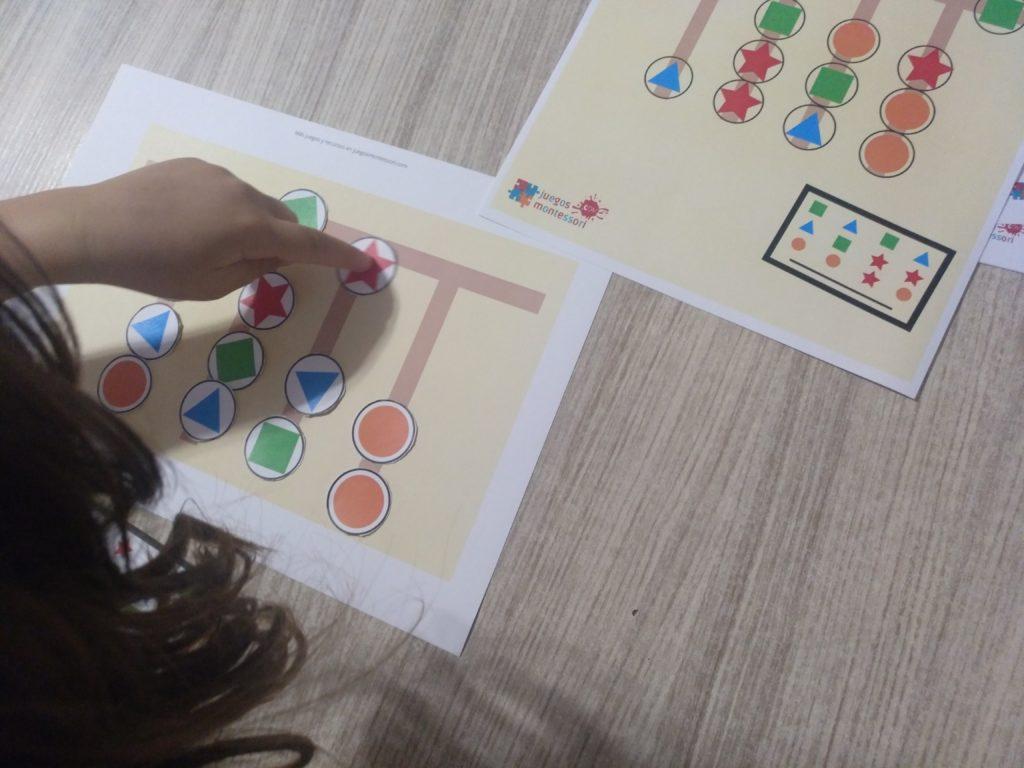 Jugando al juego de patrones imprimible de Juegos Montessori